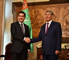 Президент Туркменистана Гурбангулы Бердымухамедов и президент Кыргызстана Алмазбек Атамбаев.