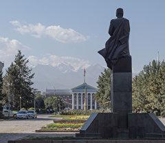 Памятник Шабдан-Баатыруна Аллее Молодежи, ниже Национальной филармонии. Архивное фото