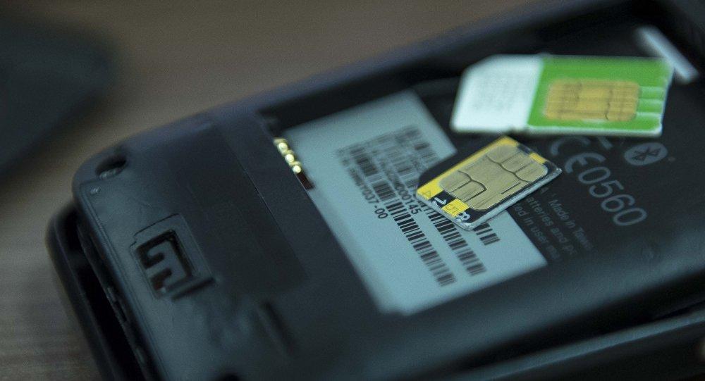 SIM-карты и мобильный телефон. Архивное фото