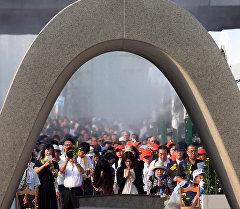 Жители Японии молятся перед мемориальным памятником посвященному жертвам бомбардировки в Хиросиме. Архивное фото
