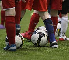 Дети тренируются в футбольной академии. Архивное фото