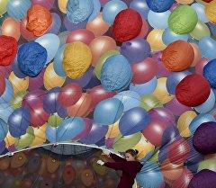 Девушка держит воздушный шар. Архивное фото