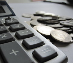 Калькулятор жана монеталар. Архивдик сүрөт