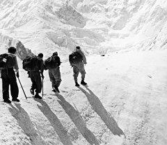 Группа альпиниста Виталия Абалакова во время восхождения на пик Победы в горах Тянь-Шаня