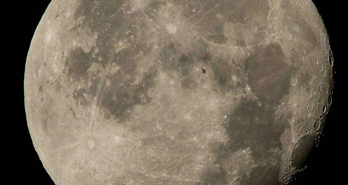 МКС на фоне полной Луны. Архивное фото