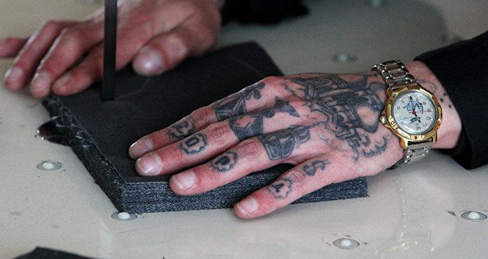 Рука заключенного. Архивное фото
