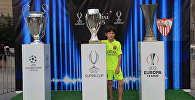 Жители Тбилиси и гости столицы фотографировались с Суперкубком УЕФА