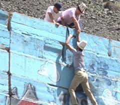 Активисты, рискуя жизнью, закрашивали нашумевшие рисунки в Бооме