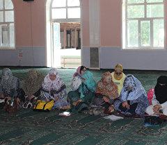 Ноокат районунун борбордук мечитинде 100гө жакын мечит имамдары жана аялдардын катышуусунда жыйын болду. Архив