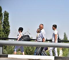Люди на контрольно-пропускной пункте Ак-Жол. Архивное фото