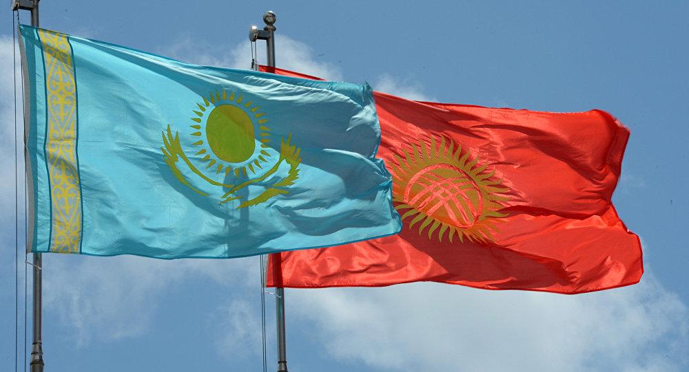 Государственные флаги Кыргызстана и Казахстана.