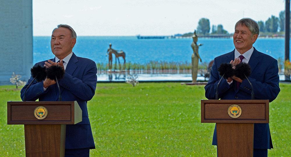 Президенты Кыргызстана и Казахстана Алмазбек Атамбаев и Нурсултан Назарбаев посредством телемоста в культурном центре Рух Ордо дали старт отмене таможенного контроля на границе двух стран.