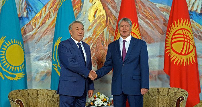 Президенты Кыргызстана и Казахстана Алмазбек Атамбаев и Нурсултан Назарбаев на Иссык-Куле.
