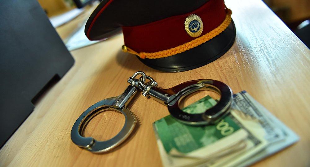 Фуражка сотрудника МВД, наручники и деньги. Иллюстративное фото