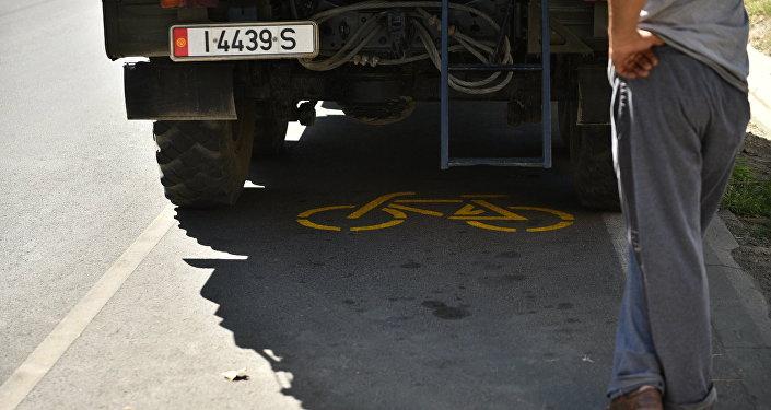 Большегрузный автомобиль на месте велодорожки.
