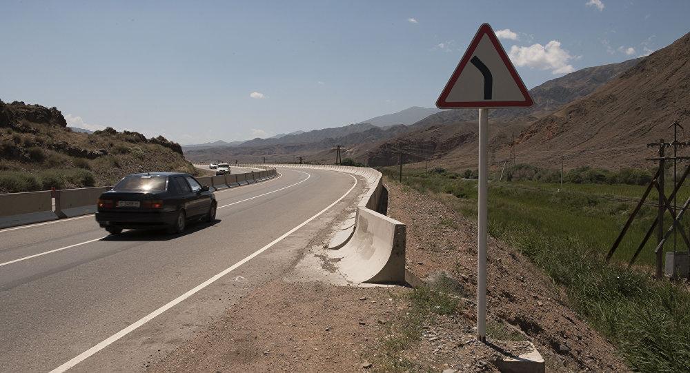 Дорожный знак на дороге Бишкек–Иссык-Куль. Архивное фото