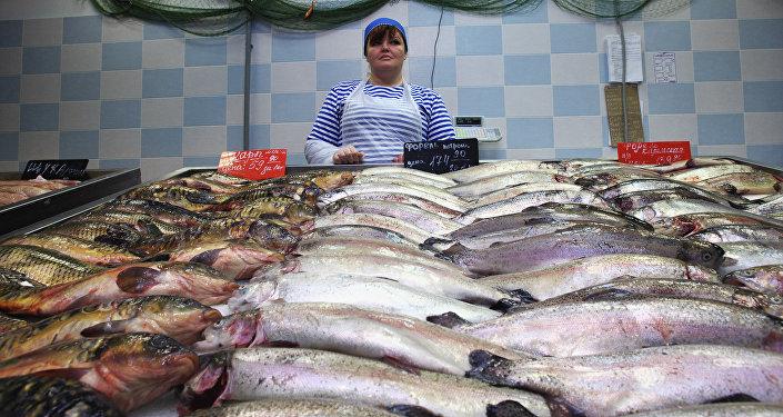 Продажа рыбы в магазине. Архивное фото