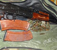 Бишкектин тургунунун автоунаасынан табылган АКМ үлгүсүндөгү автомат жана анын октору.