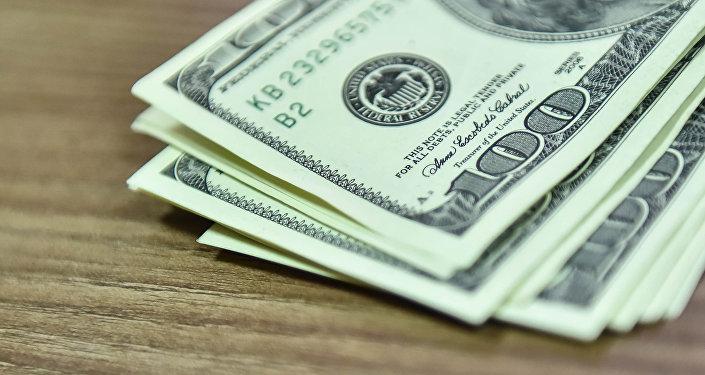 Сто долларовые купюры на столе