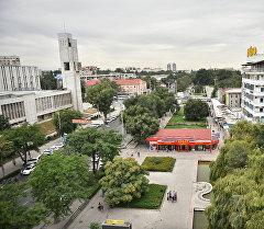 Вид с здания ЦУМа на сквер с с фонтанным комплексом. Архивное фото