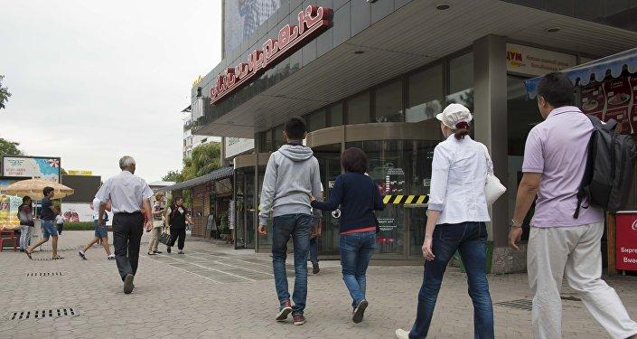 Люди проходят у ЦУМа в Бишкеке. Архивное фото