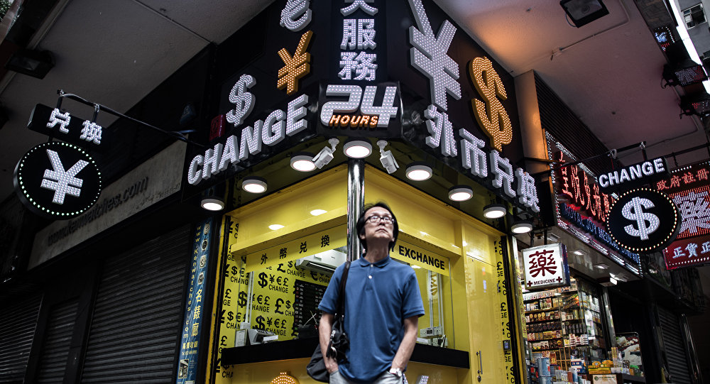 Человек стоит перед обменным пунктом в Гонконге, Китай. Архивное фото