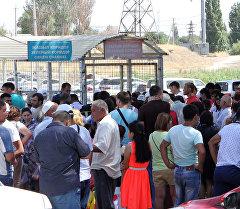 Люди в очереди на контрольно-пропускном пункте на границе Кыргызстана и Казахстана. Архивное фото