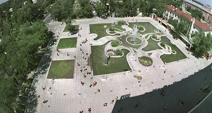 Вид на фонтан у ЦУМа в городе Фрунзе (Бишкек). Архивное фото