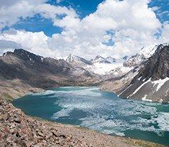 Ала-Көл Борбордук Тянь-Шандагы тескей Ала-Тоонун тоо кыркаларынын арасында жайгашкан.