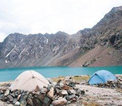Палатки у горного озера в Кыргызстане. Архивное фото