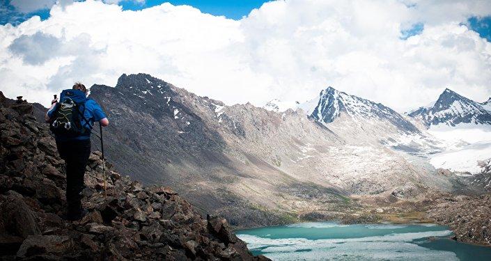 Турист в горах у озера Ала-Куль. Архивное фото