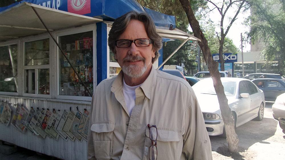 Легендарлуу Санта-Барбара сериалындагы Мейсон Кепвеллдин ролун аткарган белгилүү актёр Лэйн Девис Бишкектин көчөлөрүндө