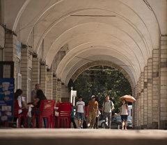 Люди проходят через арки на площади Ала-Тоо в центре Бишкека. Архивное фото
