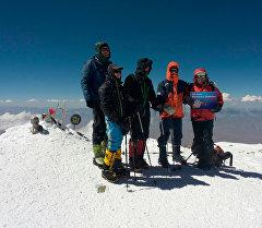 Кыргызские и немецкие альпинисты установили памятную плиту на вершине пика Ленина.