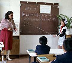 Урок английского языка в средней школе. Архивное фото