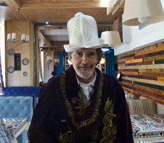 Санта Барбара  америкалык актерго кыргыз режиссеру улуттук кийим