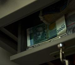 Деньги в сейфе. Архивное фото