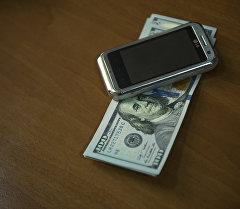Уюлдук телефон жана АКШ долларлары. Архив