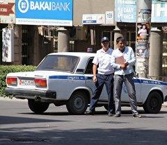Милиция оцепила указанную территорию и попросила работников близлежащих офисов покинуть здания