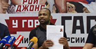 Джонс написал заявление на получение паспорта РФ перед журналистами в Ялте