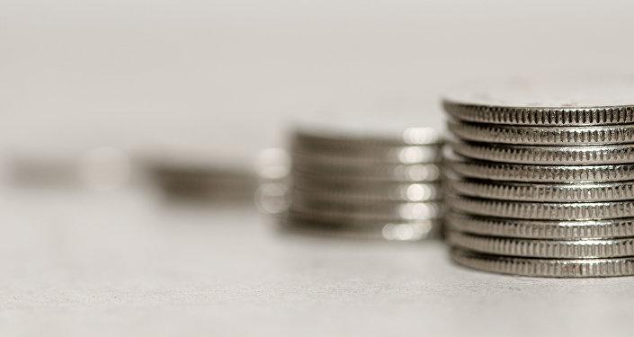 Монеты на столе. Архивное фото