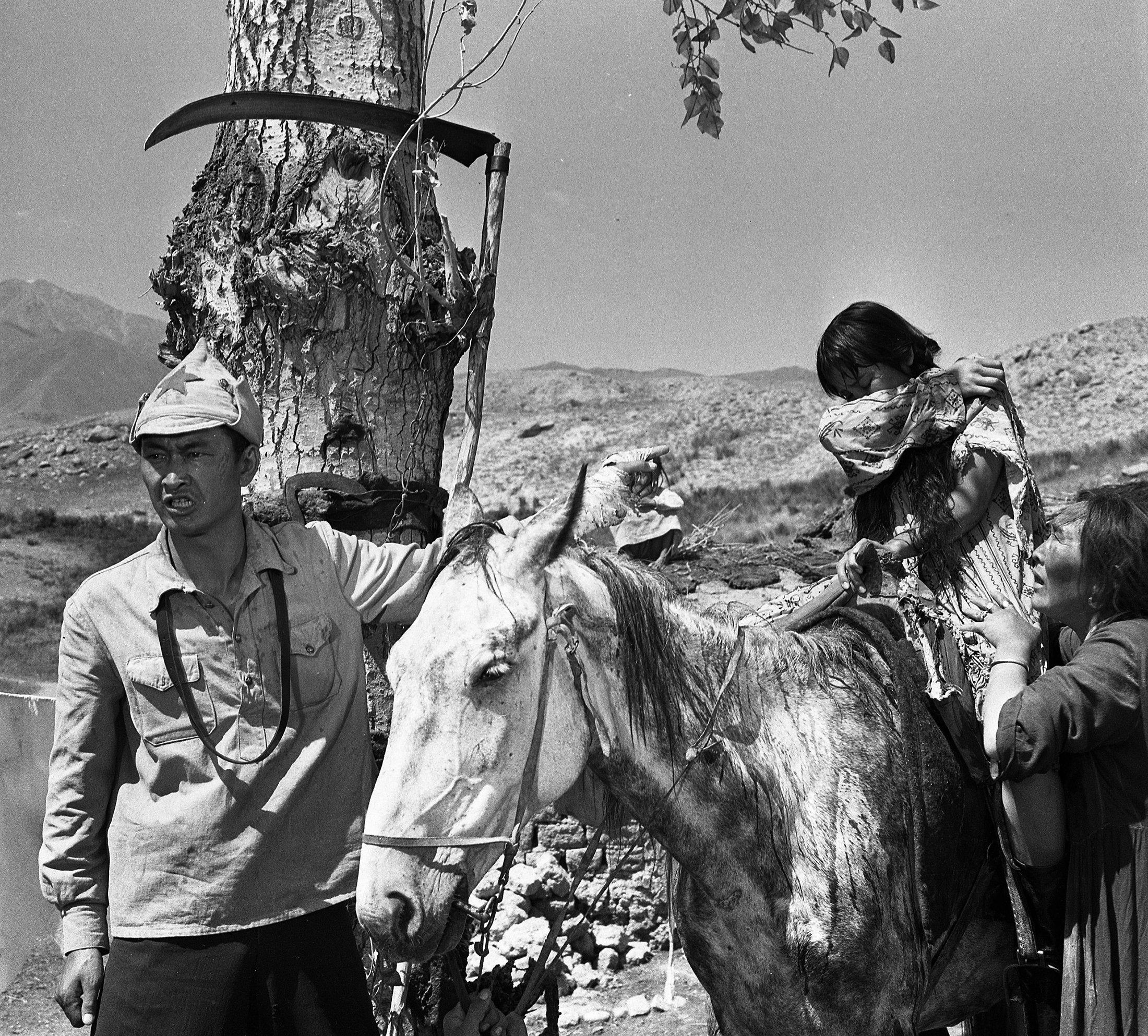 Кыргыз киносунун жылдызы Болот Бейшеналиев, Наталья Аринбасарова жана Даркүл Күйүкованын сүрөтү 1964-жылы Нарында тартылган.