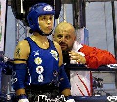 Тайбоксер из Кыргызстана Антонина Шевченко с тренером перед боем. Архивное фото