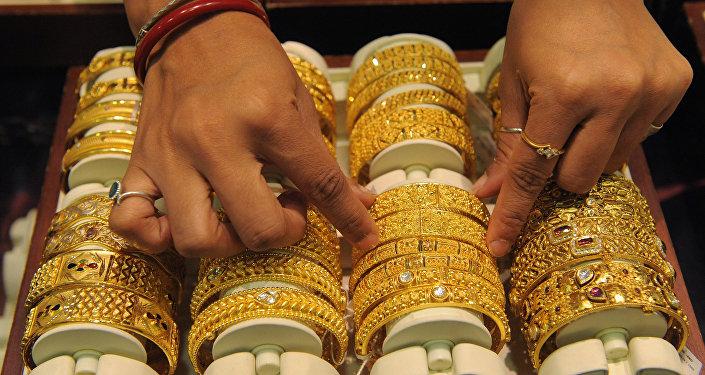 Продавец золотых ювелирных изделий. Архивное фото