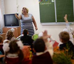 Ученики на уроке в День знаний в школе. Архивное фото
