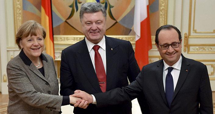 Президент Франции Франсуа Олланд (справа), президент Украины Петр Порошенко (в центре) и канцлер Германии Ангела Меркель во время встречи в Киеве. Архивное фото