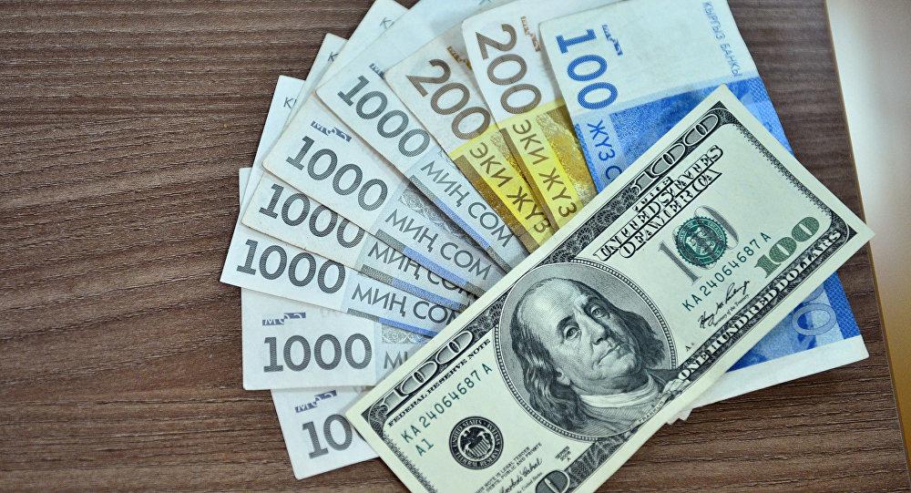 Национальная валюта и долларовая купюра. Архивное фото