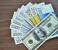 Кыргыз сому жана АКШ доллары. Архив
