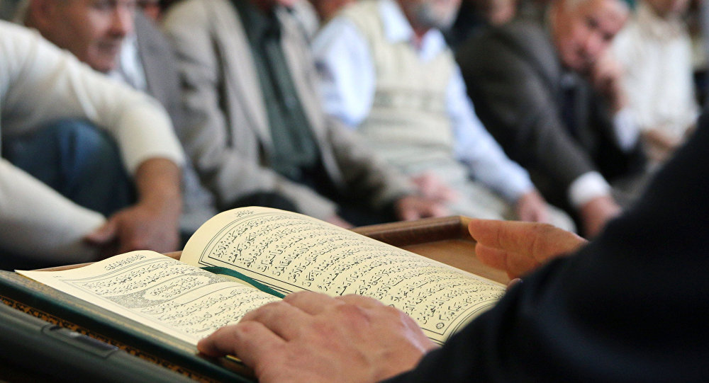 Коллективная молитва в мечети. Архивное фото