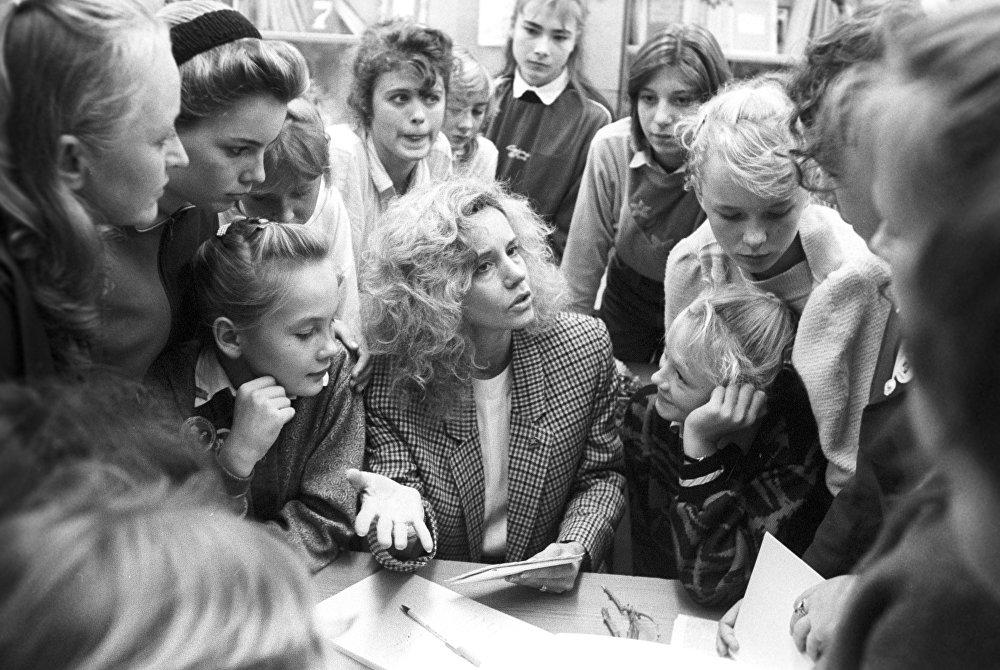 Руководитель американского Лагеря мира Джейн Смит среди детей из Центра детской дипломатии Всероссийского пионерского лагеря ЦК ВЛКСМ Орленок